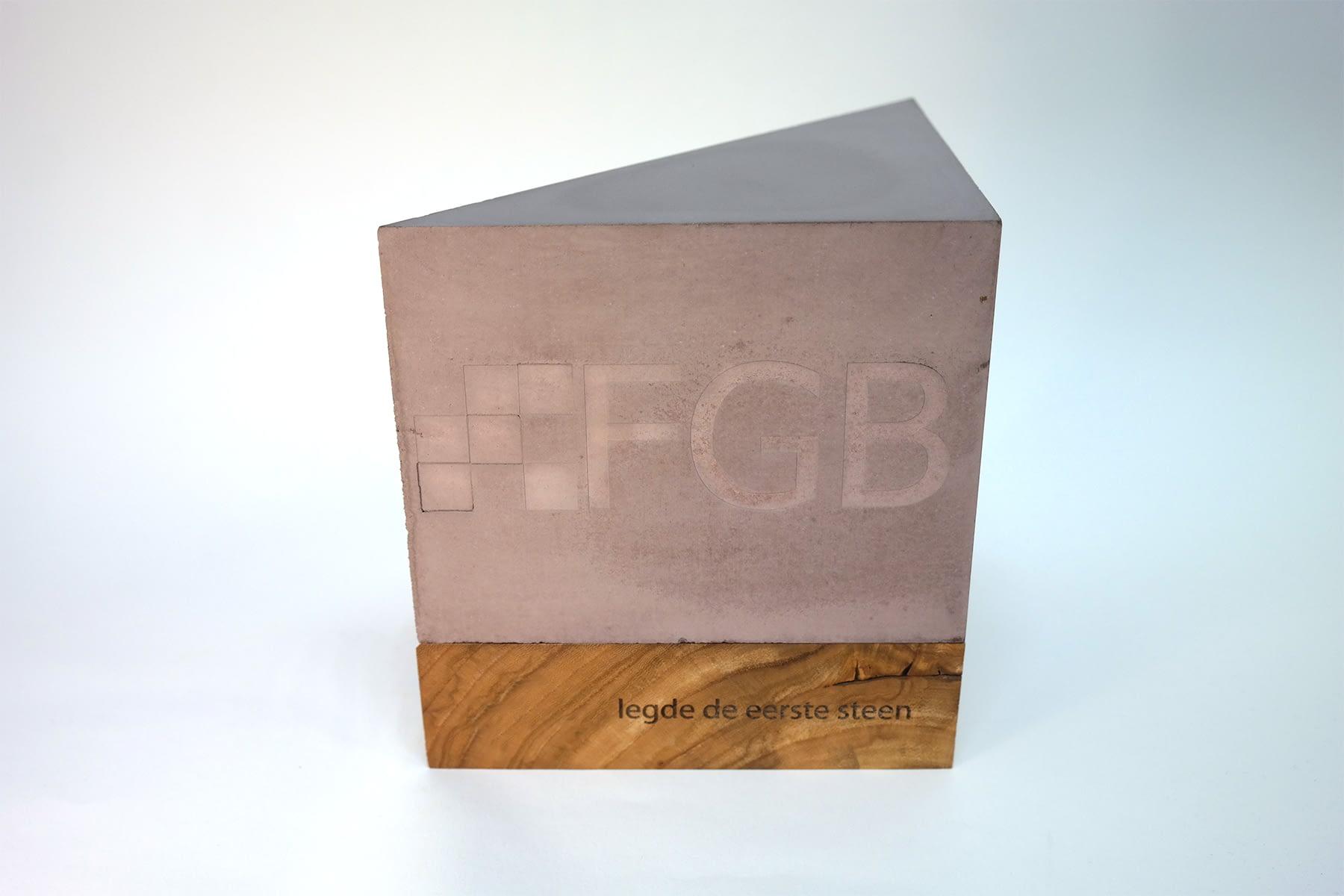 Beton-hoeksteen-FGB-aandenken-relatiegeschenk